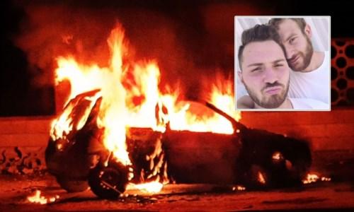L'auto incendiata. Nel riquadro, i due ragazzi obiettivo di insulti omofobi