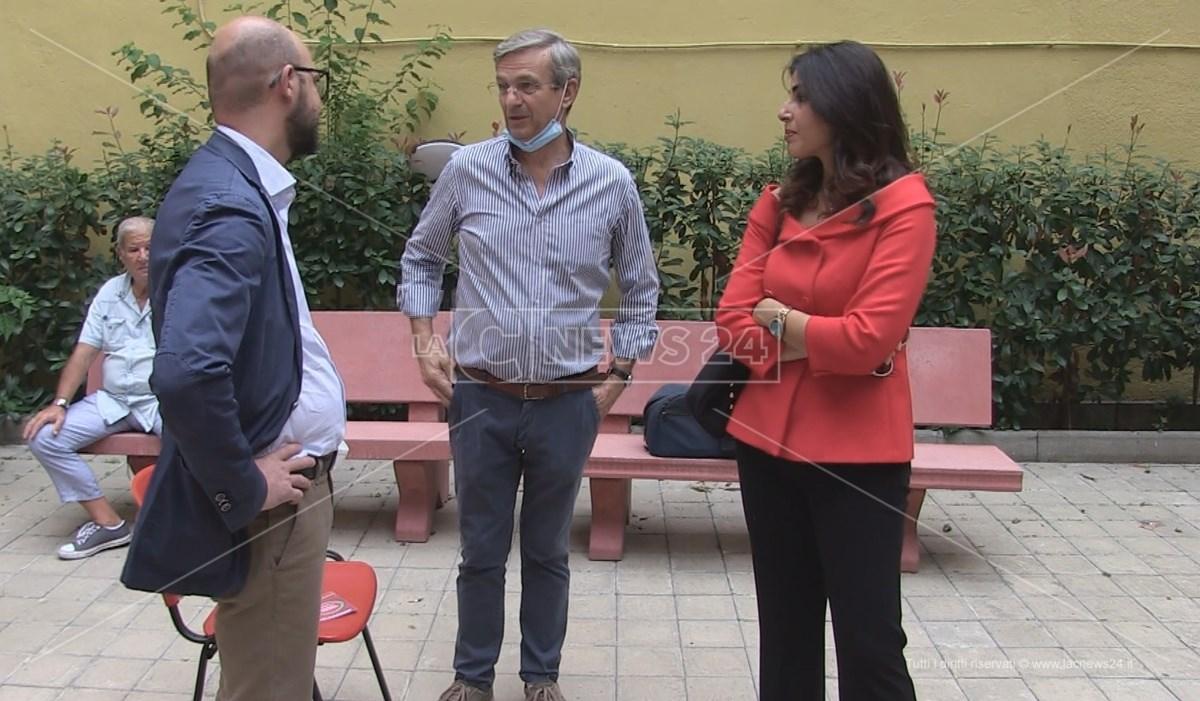 Valerio Formisani insieme ad alcuni candidati di Cosenza in Comune