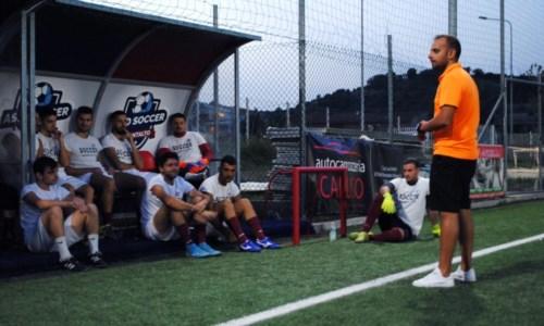 Mister Pignataro parla ai suoi - Foto Soccer Montalto