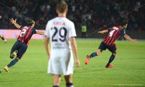 Vittoria dei lupiIl derby Cosenza-Crotone lo decide una magia di Carraro: i Lupi vincono per 1-0