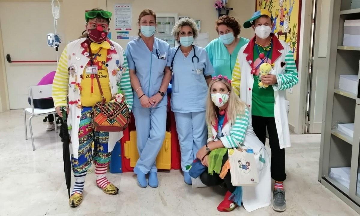 I clown Lucia Pizzonia, Alessandro Perri e Salvatore Di Mase con il personale del reparto di Pediatria