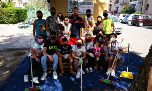 Crotone, domenica ecologica a Lampanaro: i bambini ripuliscono il quartiere