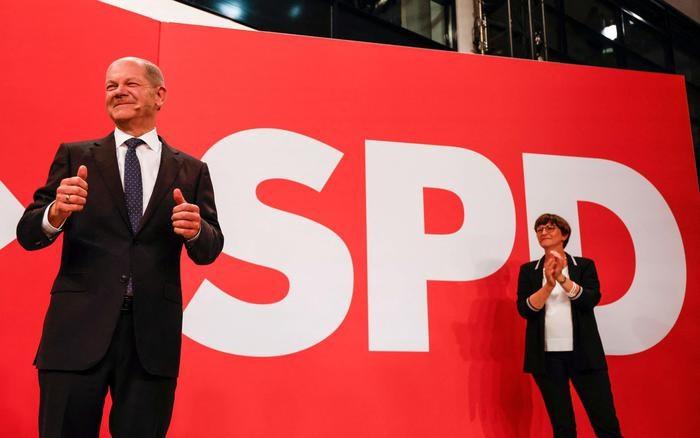 In primo piano il leader de la Spd Olaf Scholz (foto Ansa)