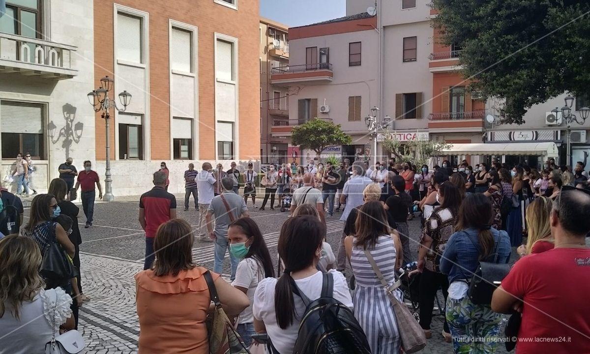 La manifestazioneCrotone, un intero quartiere senza trasporto scolastico: residenti in protesta davanti al Comune - LIVE