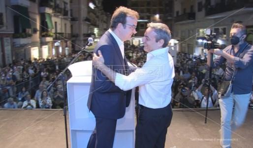 Mario Occhiuto e Francesco Caruso sul palco a Cosenza durante la kermesse del centrodestra