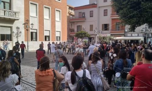 La manifestazioneCrotone, un intero quartiere senza trasporto scolastico: residenti in protesta davanti al Comune
