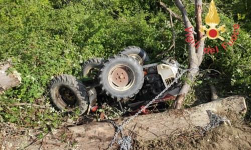 Tragedia sfiorataSi ribalta con il trattore mentre lavora i campi nel Catanzarese, 57enne trasferito in ospedale