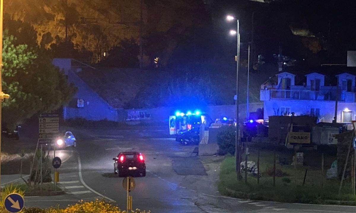 I carabinieri fuori dalla casa della donna accoltellata