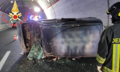 Tragedia sfiorataIncidente a Catanzaro, auto sbatte contro il guard rail e si ribalta lungo la 106