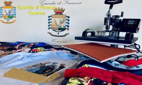 Il blitzRealizzavano vestiti contraffatti a Cosenza e li rivendevano anche sul web, sequestri in una stamperia
