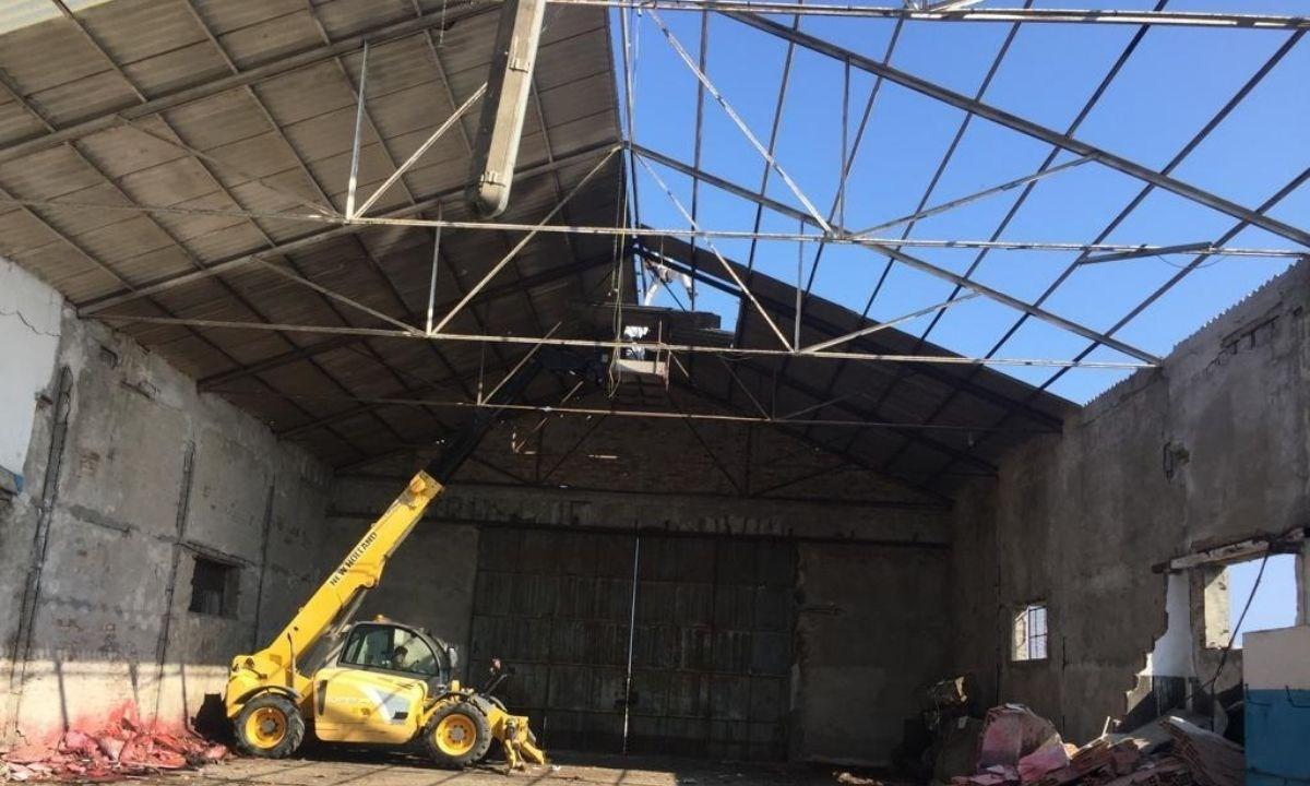 L'inizio della demolizione di un capannone