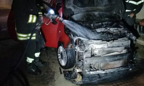 L'auto in fiamme