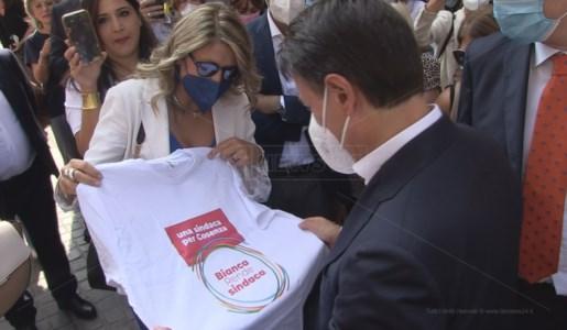 Giuseppe Conte a Cosenza con la candidata sindaca Bianca Rende