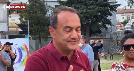 L'iniziativaLe lacrime di Lucano e l'abbraccio della folla, in centinaia a Riace: «L'umanità non si arresta»