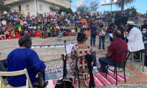 La solidarieta'L'abbraccio di Riace a Lucano dopo la condanna: «Rifarei tutto quello che ho fatto, qui una missione di umanità»