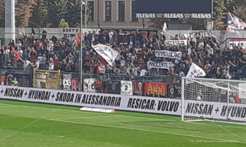 """Dopo la sentenza""""L'umanità non si processa"""": ad Alessandria lo striscione dei tifosi del Cosenza per Mimmo Lucano"""