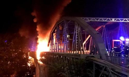 """Dalla CapitaleNotte di fuoco a Roma, in fiamme il """"Ponte di ferro"""" sul Tevere: nessun ferito"""