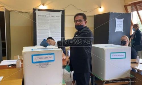 Domenico Barranca mentre vota al primo turno