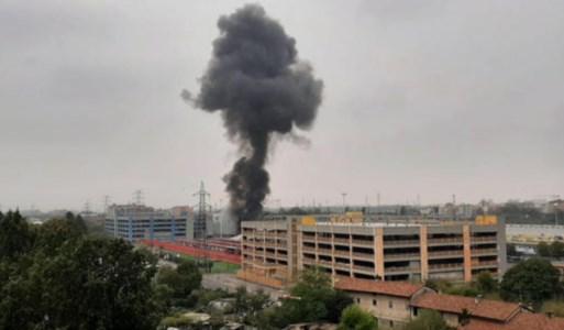La tragediaMilano, aereo precipita su un edificio e prende fuoco: morte le 8 persone a bordo, anche un bimbo