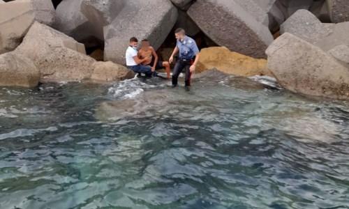 Cirò Marina, 15enne cade tra le scogliere del porto e resta ferito: salvato da Guardia costiera e carabinieri