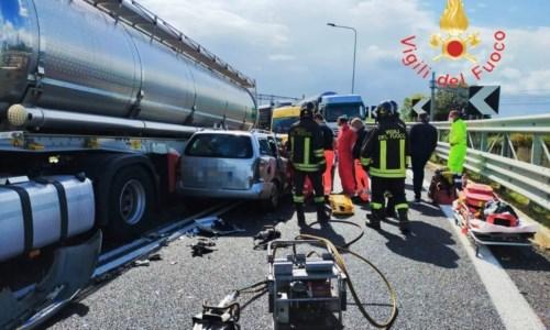 Lamezia, incidente tra un'auto e un camion sulla rampa dello svincolo dell'autostrada: 2 feriti