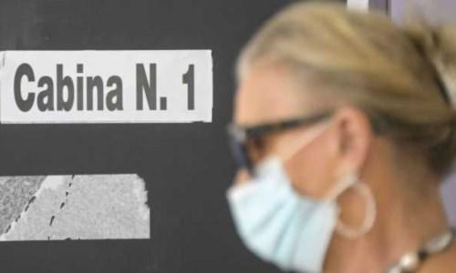 Nel CosentinoCastrovillari, scatta una foto alla scheda elettorale durante il voto: denunciata 62enne
