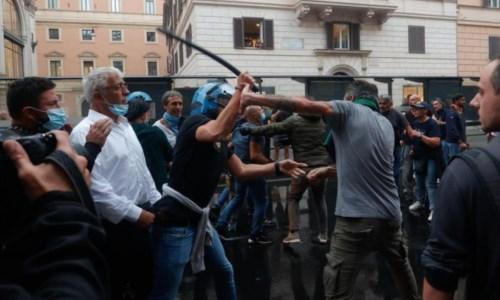 Scontri tra manifestanti e polizia (Foto Ansa)