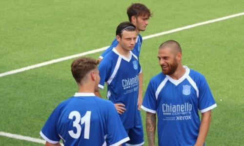 Angotti della Paolana insieme ad alcuni compagni di squadra (foto facebook Praiatortora)