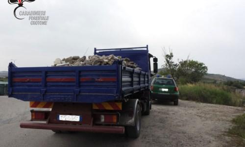Trasportava rifiuti speciali senza autorizzazione, sequestrato camion nel Crotonese