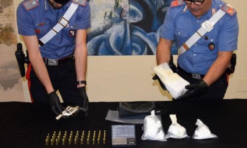 Crotone, avevano una pistola e oltre un chilo di cocaina in casa: arrestati coniugi