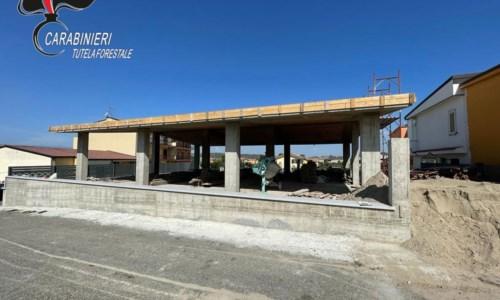 Crotone, realizzano opere edilizie abusive: cinque persone denunciate