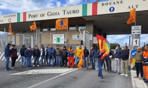I manifestanti in sciopero (foto Ansa)