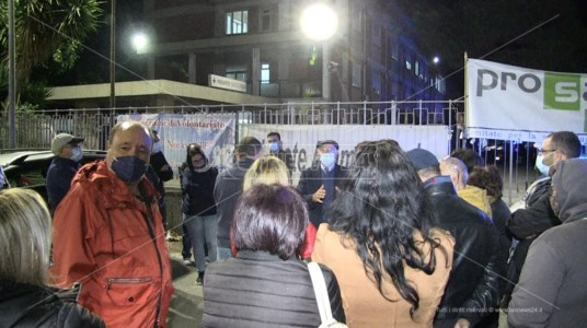 Il sindaco parla ai manifestanti