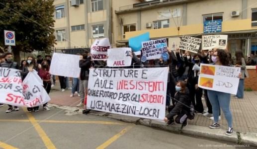 La protestaLocri, liceo senza aule e studenti in piazza: «Attendiamo da 4 anni, ora basta»