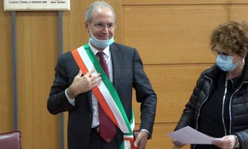 Paolo Mascaro indossa nuovamente la fascia tricolore durante la cerimonia al Comune