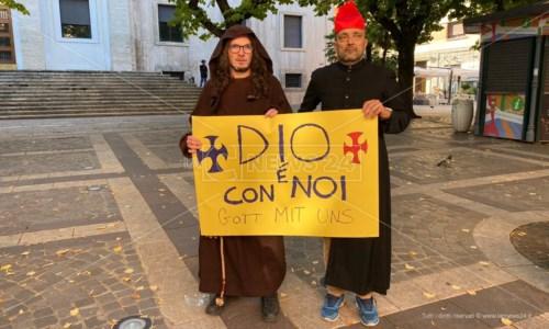 Due manifestanti che ieri a Cosenza hanno preso parte alle proteste contro il green pass
