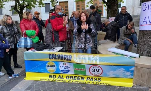 La contestazioneNo green pass, manifestazione a Cosenza con la senatrice Granato: «Siamo cittadini, non sudditi»