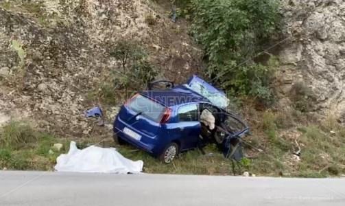 Sangue sulle strade calabresiIncidente mortale a Caulonia: l'auto si schianta contro una parete rocciosa, perdono la vita due donne di 52 anni