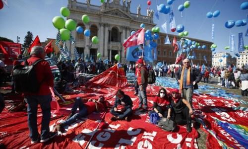 Un momento della manifestazione di questa mattina a Roma (foto Ansa)
