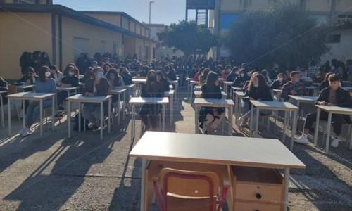 ScuolaMancano le aule, continua la protesta degli studenti a Locri: «Pronti a spostare i banchi in piazza»