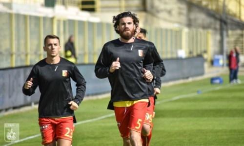 Il capitano del Catanzaro Luca Martinelli e Jari Vandeputte durante il riscaldamento