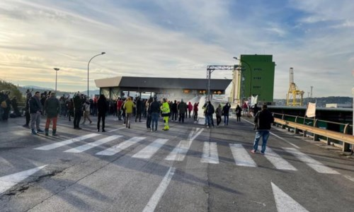 Polizia e manifestanti a confronto a Trieste (foto Ansa)