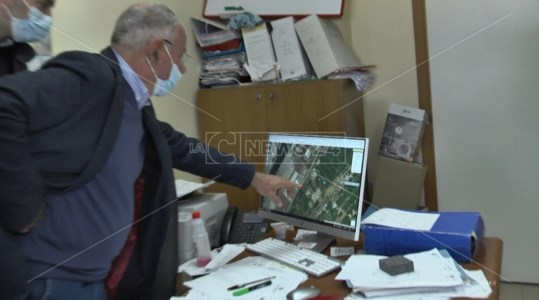 Alessio mostra la zona dell'interramento dei rifiuti