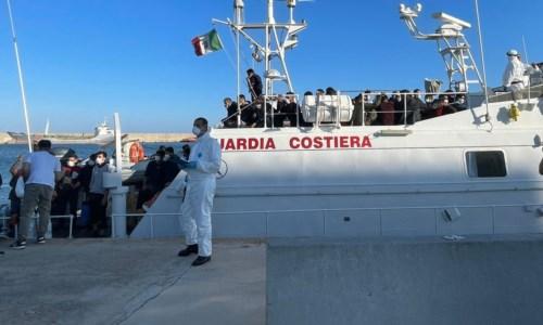 La trattaMigranti, sbarcate 127 persone al porto di Crotone: tra loro donne e bambini