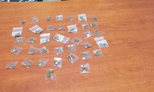 Isola Capo Rizzuto, vede i carabinieri e butta una busta con 37 dosi di marijuana: arrestato 23enne