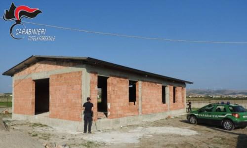 Abusivismo edilizio, sequestrato fabbricato nel Crotonese: una persona denunciata