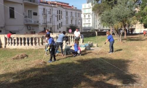 Crotone, le associazioni puliscono parco Tellini: «Restituiamo un luogo storico alla città»