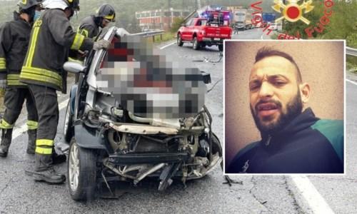 Dramma a Santa SeverinaIncidente nel Crotonese, scontro tra una Smart e un autocarro: muore un 24enne