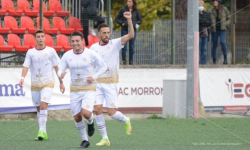 L'esultanza di Alfredo Trombino dopo il primo dei tre gol rifilati all'Acri