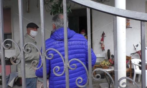 L'arrivo del medico Ernesto Ordine (in giubbotto blu) a casa di Giacomo Perrone